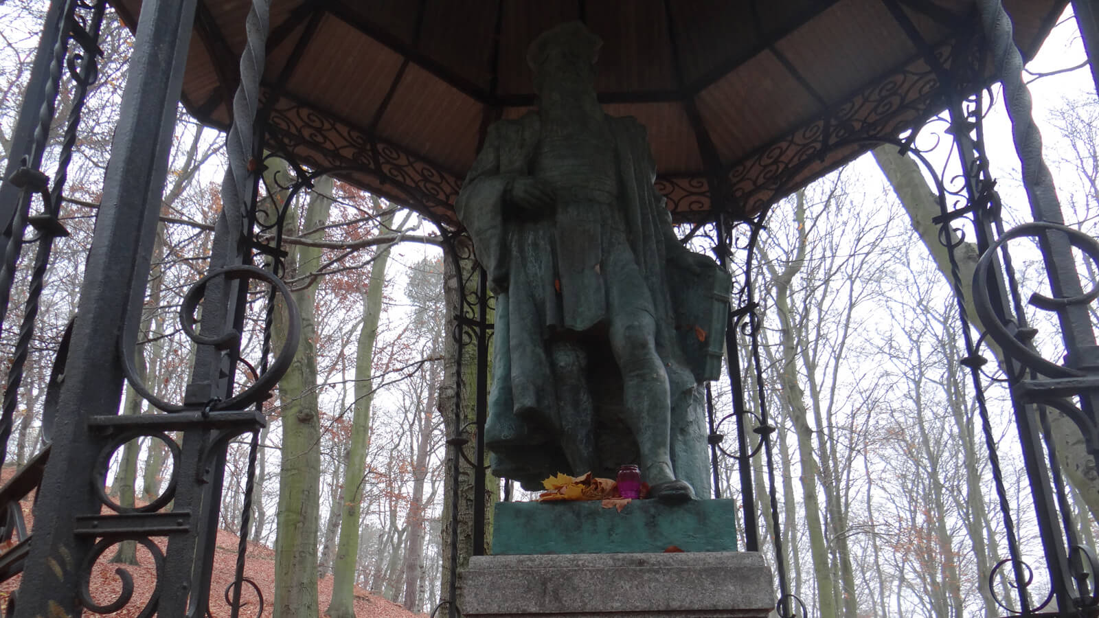 While on a walk in the Jaskowa Dolina forests in Wrzeszcz, you can encounter the Gutenberg monument.